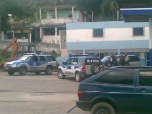 Tratores e caminhões prontos para entrar no quilombo.