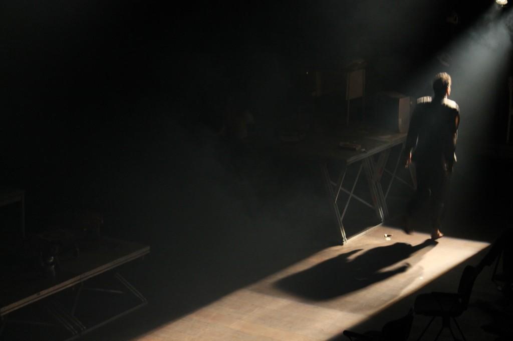 yan britto em O CORREDOR uma das peças do espetáculo